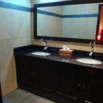 badkamer met groot toiletmeubel
