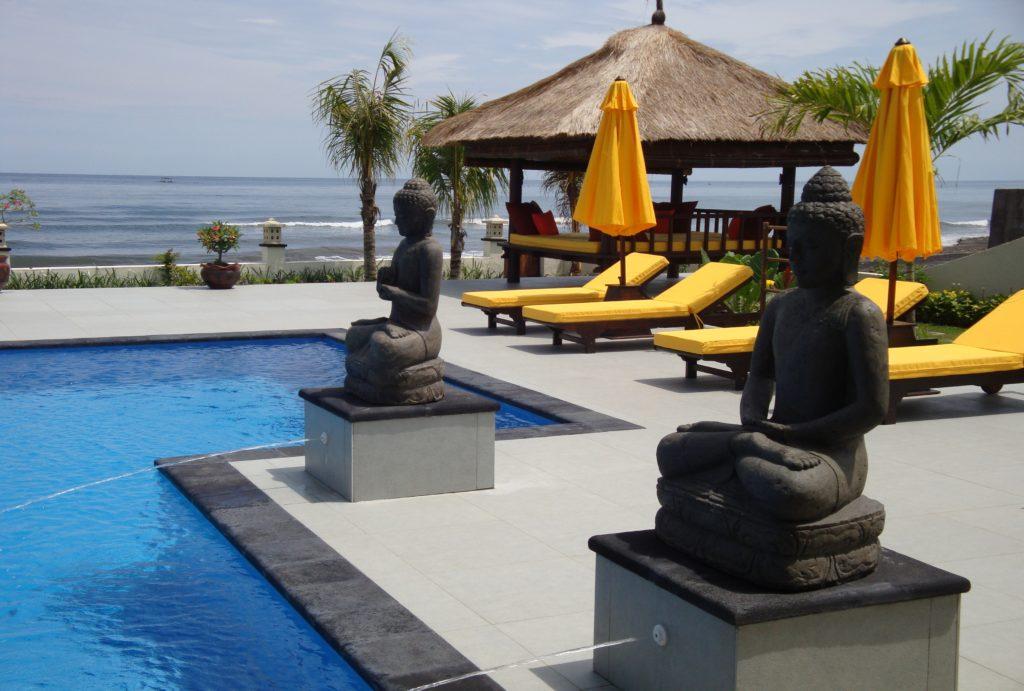 Ligbedden aan zee op Bali