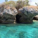 Helder zee water rond het menjangan eiland op Bali