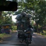 Hoog geladen vrachtauto's op Bali