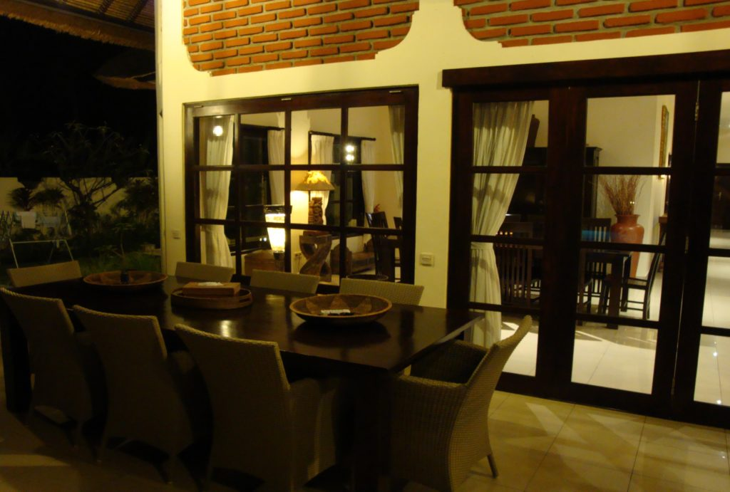 Huis aan zee met groot overdekt terras huren op Bali