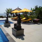 Huis met zonnebedden in de tuin op Bali boeken
